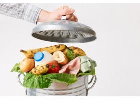 Большая часть еды в школах выбрасывается в мусор